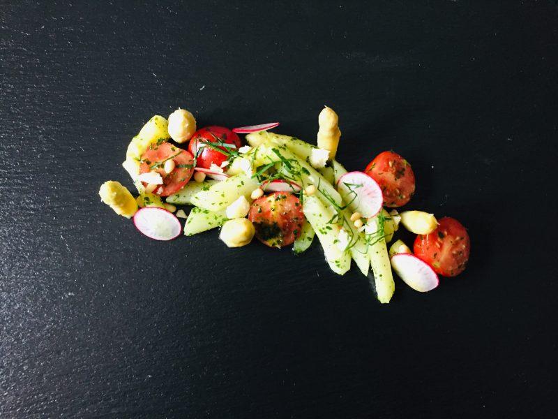 Frühlingsrezept: Spargelsalat mit Bärlauch und Kirschtomaten